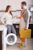 Ouvrier et client près de machine à laver Photo stock