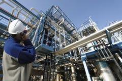 Ouvrier et raffinerie de pétrole Photo stock