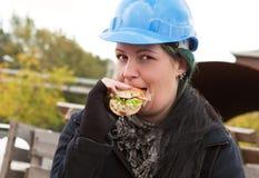 Ouvrier féminin mangeant le sandwich Photos libres de droits