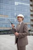 Ouvrier/gestionnaire d'ingénierie de construction sur la radio image stock