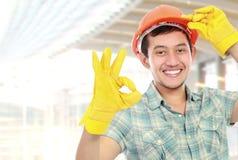 Ouvrier heureux affichant le signe en bon état images libres de droits