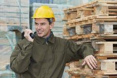 Ouvrier heureux d'entrepôt avec l'émetteur radioélectrique Photos libres de droits