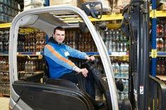Ouvrier heureux de chariot élévateur à l'entrepôt Photos stock