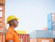 Ouvrier industriel dans l'entrepôt photographie stock libre de droits