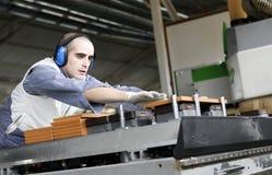 Ouvrier industriel dans l'usine de meubles photos stock