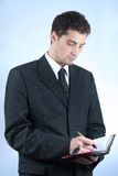 Ouvrier intellectuel avec le crayon lecteur et la note Images stock