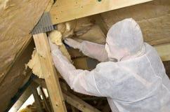 Ouvrier isolant un toit Photos stock