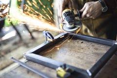 Ouvrier métallurgiste avec la broyeur Images stock
