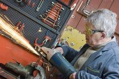 ouvrier métallurgiste et scie électrique photo libre de droits