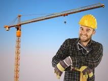 Ouvrier manuel avec le fond de grue et le ciel bleu Photographie stock libre de droits