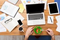 Ouvrier occupé dans le bureau moderne, vue supérieure Images stock