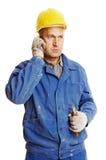 ouvrier parlant aîné de téléphone portable Image libre de droits