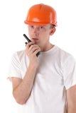 Ouvrier parlant sur l'émetteur récepteur portatif de radio UHF Photo libre de droits