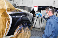 Ouvrier peignant une voiture. Image libre de droits