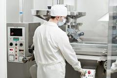 Ouvrier pharmaceutique Photographie stock libre de droits