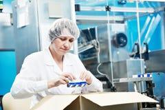 Ouvrier pharmaceutique Images libres de droits