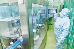 Ouvrier pharmaceutique Photo stock