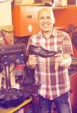 Ouvrier réparant des paires de chaussures Images libres de droits