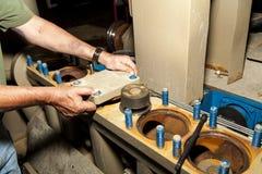 Ouvrier réparant la pompe de gisement de pétrole Images stock