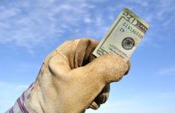Ouvrier retenant billet de vingt dollars Photos stock