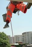 ouvrier s'élevant de réparation de façade Image stock