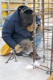 Ouvrier soudant un trellis en métal à Photo stock