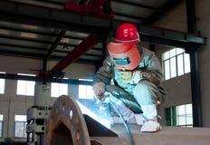 Ouvrier soudant un trellis en métal à Photographie stock libre de droits