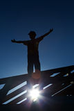 Ouvrier sur le toit faisant bon accueil au matin Images libres de droits