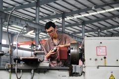 Ouvrier travaillant dans l'usine chinoise Photo stock