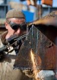 Ouvrier utilisant une torche de propane image stock