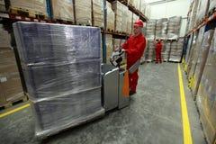 Ouvriers au travail dans l'entrepôt Photos stock
