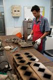 Ouvriers de ciment image stock