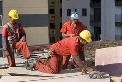 Ouvriers de constructions au site Photos stock