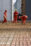 Ouvriers de constructions au site Photographie stock