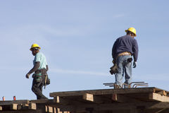 Ouvriers de dessus de toit photographie stock libre de droits