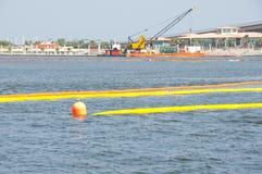 Ouvriers de flaque de pétrole au bord de la mer Photo stock