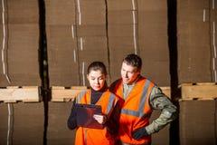 Ouvriers de moulin à papier Photographie stock libre de droits