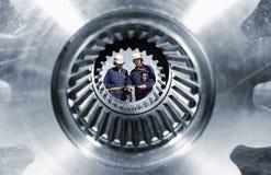 Ouvriers de pétrole et de gaz avec des canalisations Photo stock