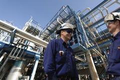Ouvriers de pétrole et de gaz, industrie et raffinerie Photo libre de droits