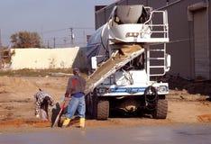 Ouvriers de sexe masculin pleuvant à torrents la colle Images stock