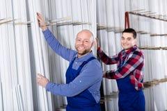 Ouvriers inspectant des châssis de fenêtre Photo libre de droits