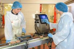 Ouvriers installant la chaîne de production images stock