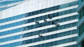 Ouvriers lavant la façade d'hublots clips vidéos