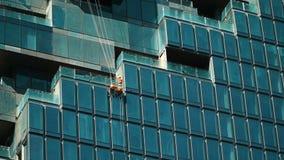 Ouvriers lavant la façade d'hublots banque de vidéos