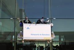 Ouvriers nettoyant des fenêtres à l'aéroport de Barcelone. Espagne Image stock