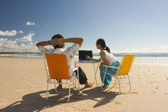 Ouvriers occasionnels se réunissant à la plage Photos libres de droits