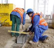 Ouvriers sur le chantier de construction Images libres de droits