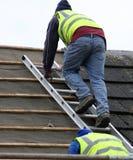 Ouvriers sur le toit Photographie stock libre de droits