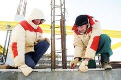 Ouvriers utilisant nivelant l'instrument image libre de droits