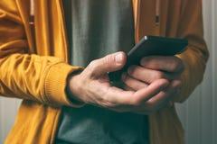 Ouvrir le smartphone avec la sonde de balayage d'empreinte digitale photos libres de droits